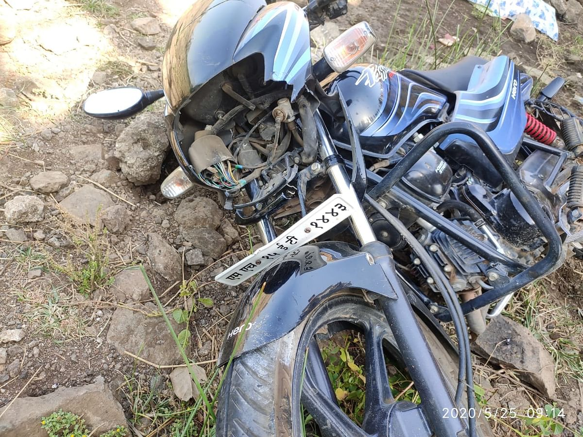 दिंडोरी : मोटरसायकल पुलावरून कोसळल्याने पत्नीचा मृत्यू तर पती जखमी