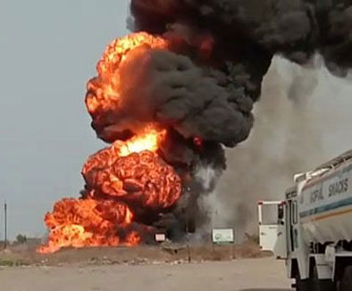 मुकटी गावाजवळ गॅस टँकर-लक्झरीची धडक ; भीषण स्फोट, 2 जण ठार