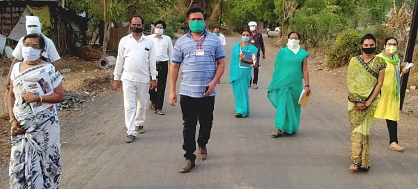 जळगाव : गटविकास अधिकार्यांनी घेतली होम क्वॉरंटाईन नागरीकांची माहिती