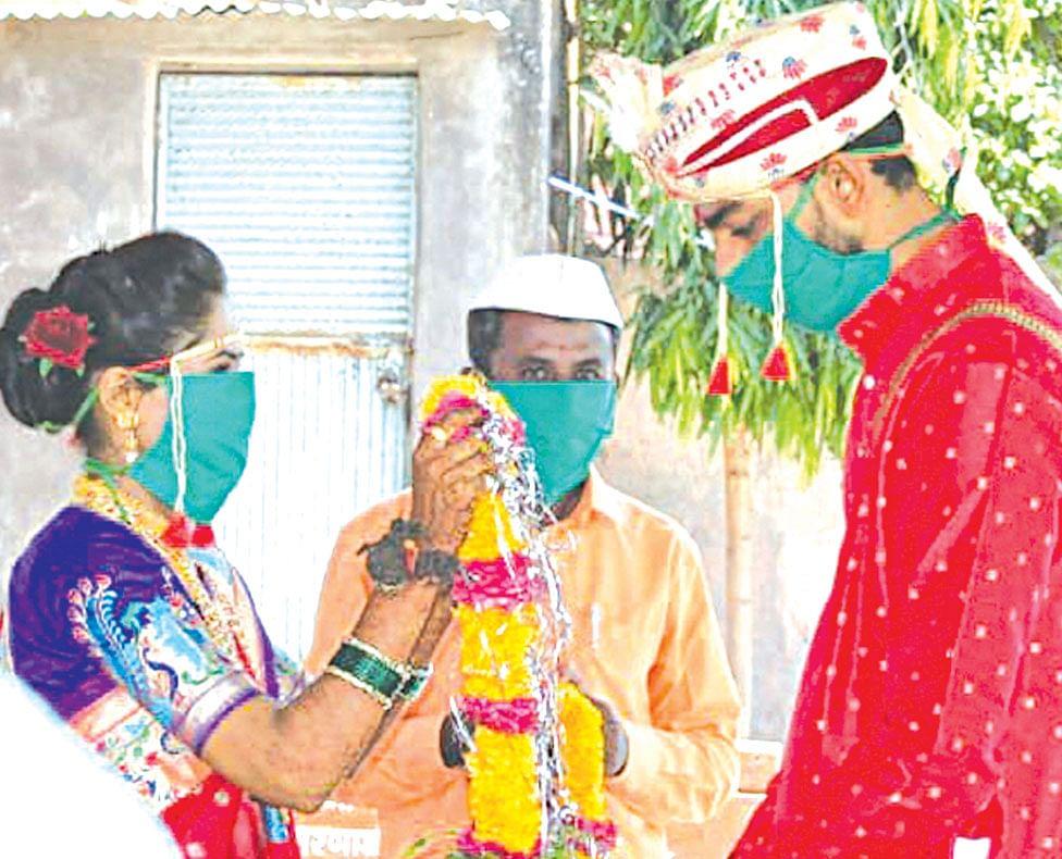 नवरदेव मोटरसायकलीवर आला आणि लग्न लावून नवरीला घेवून गेला