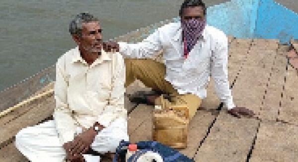 होडीतून प्रवास करत दारू काढणार्या आरोपींच्या पोलिसांनी आवळल्या मुसक्या
