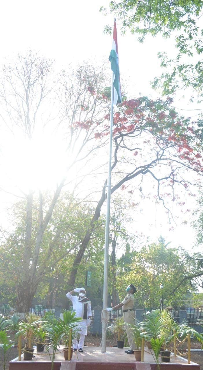 Video : नाशकात सोशल डिस्टन्सीचे पालन करून महाराष्ट्र दिन साधेपणाने साजरा