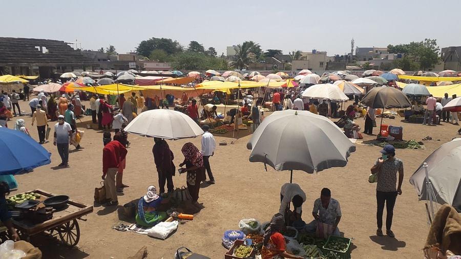 मनमाड : जीवनावश्यक वस्तू खरेदीसाठी बाजार पेठेत नागरिकांची गर्दी