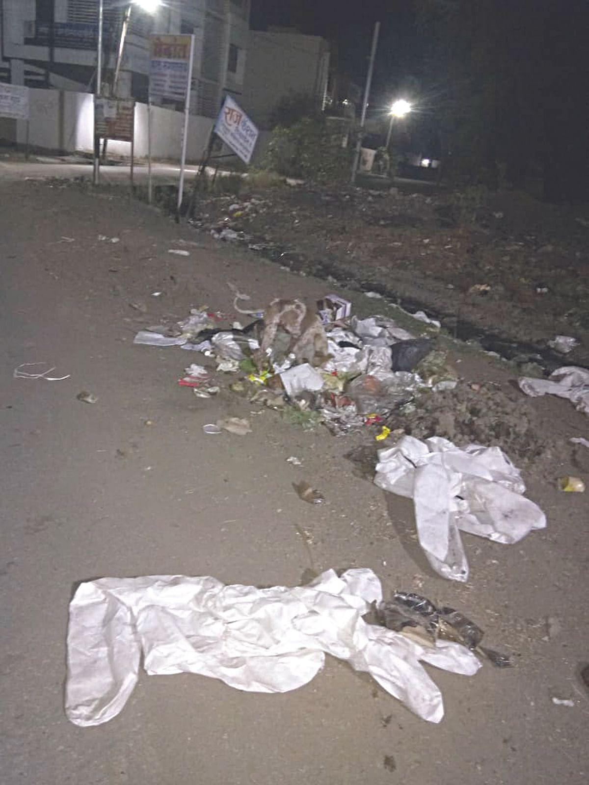 चाळीसगावात पीपीई किट रस्त्यावर फेकल्या
