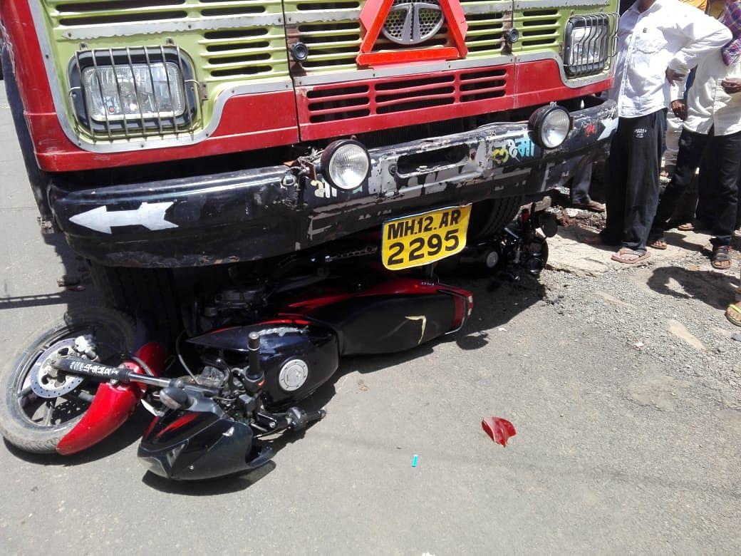 पेठ : ट्रक चालकाचा ताबा सुटल्याने दोन मोटरसायकलचा चुराडा