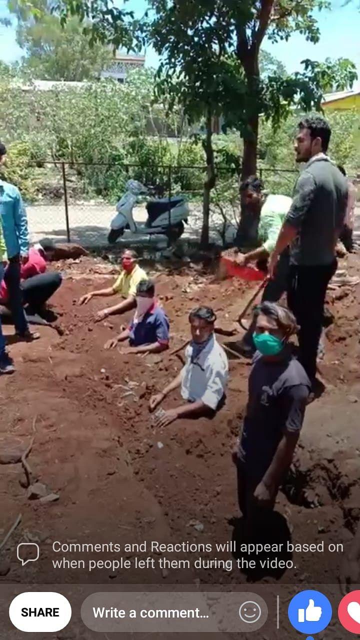 Video | त्र्यंबकेश्वर : नगरपालिका कंत्राटी सफाई कामगारांचे स्वतःला अर्धे गाडून घेत आंदोलन