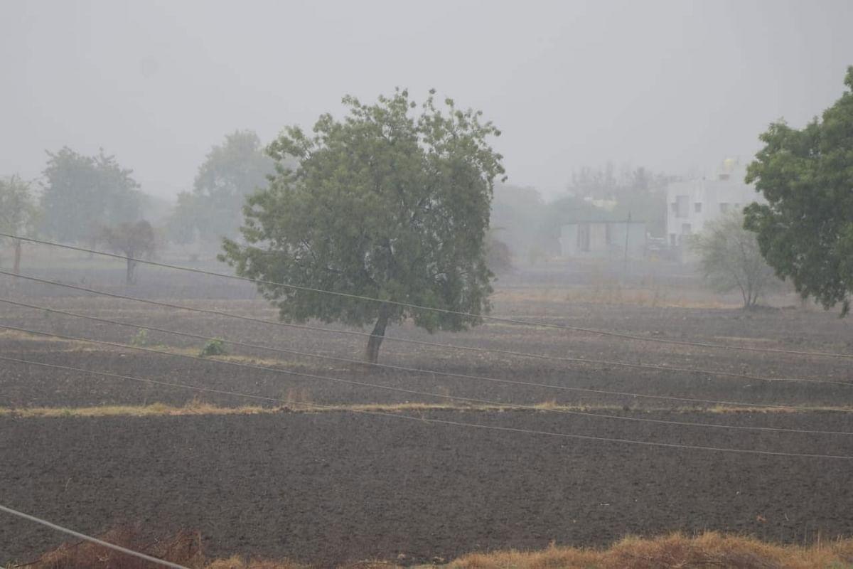 जळगाव : जिल्ह्यात निसर्ग चक्रीवादळामुळे एका व्यक्तीचा मृत्यू
