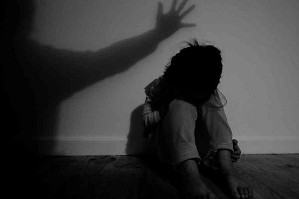 पोलीस कर्मचाऱ्याचा तरूणीवर अत्याचार ; लोणवाडी येथील घटना