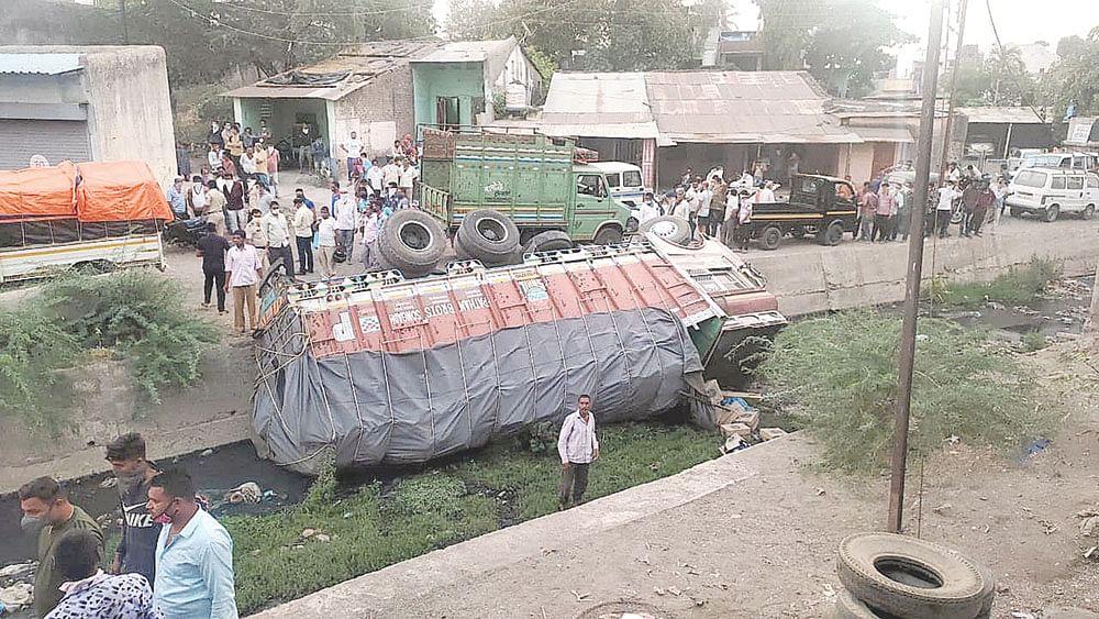 नंदुरबार : दारुची वाहतूक करणारा ट्रक नाल्यात उलटला