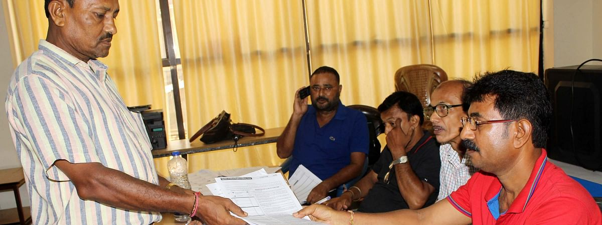 An applicant submitting application form for NRC at an NSK in Guwahati