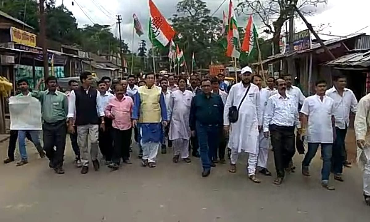 Tripura: Cong blocks road, demands compensation for flood victims