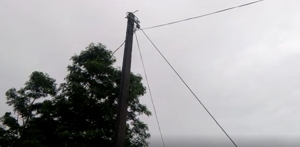 Non-insulated supporting cable attached to high-voltage electrical pillar
