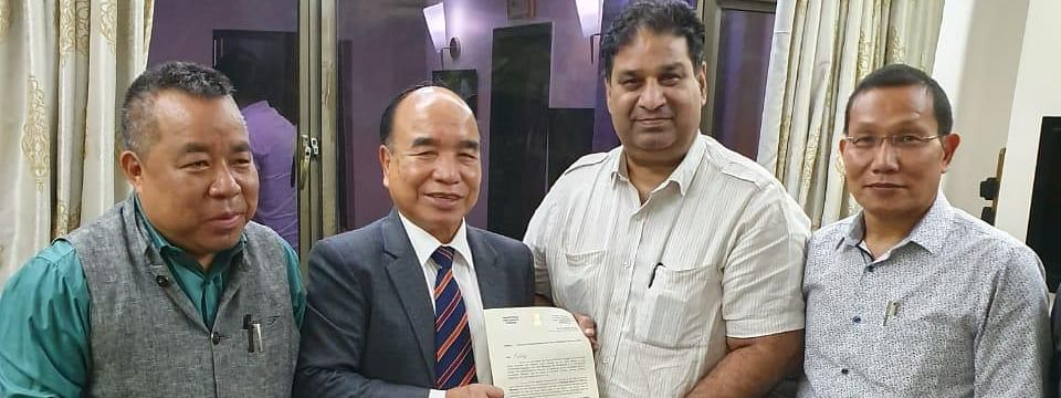 Mizoram CM Zoramthanga (second from left) submitting proposal to host National Games in 2024 to Indian Olympic Association secretary general Rajeev Mehta