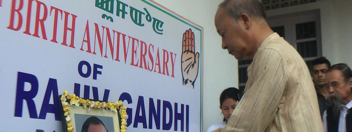 Former CM O Ibobi Singh offering floral tribute to portrait of former PM Rajiv Gandhi in Imphal, Manipur on Tuesday