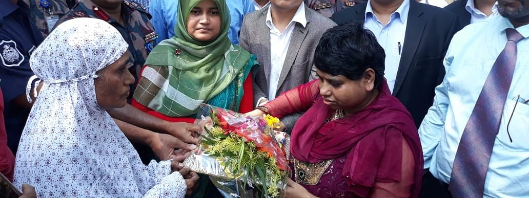 Bithi Akhtar (right) being reunited with her mother Safia Begum at Agartala-Akhaura ICP on Wednesday