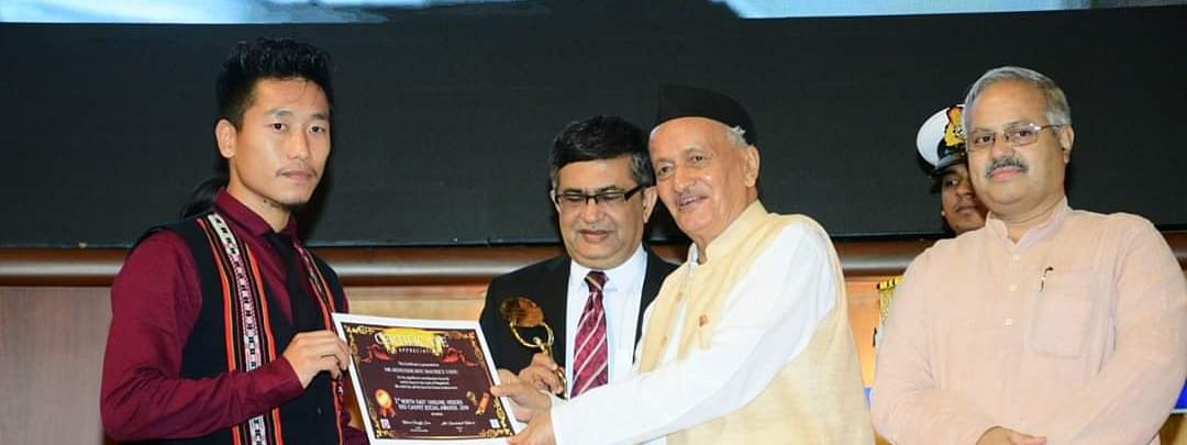 Toyi Swuro receiving the award from Maharashtra governor Bhagat Singh Koshyari