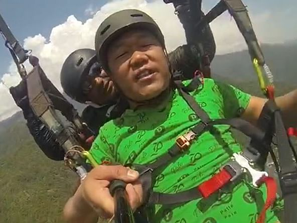 'Hawa kam karo': Watch Darjeeling tourist's epic paragliding ride