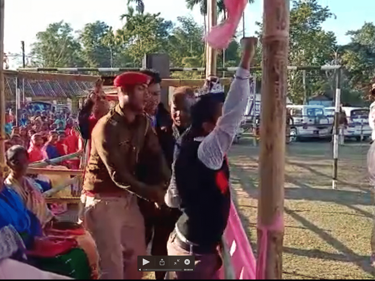WATCH   Assam youth shows black flag to CM during Jorhat meeting