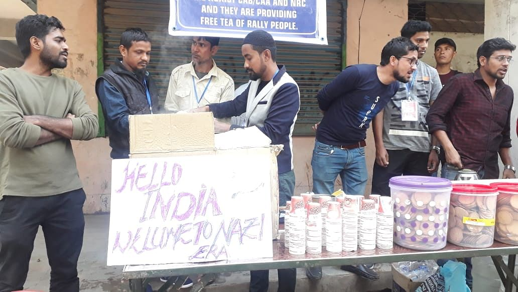 Dimapur Helping Hand Group providing free cups of tea to the protesters