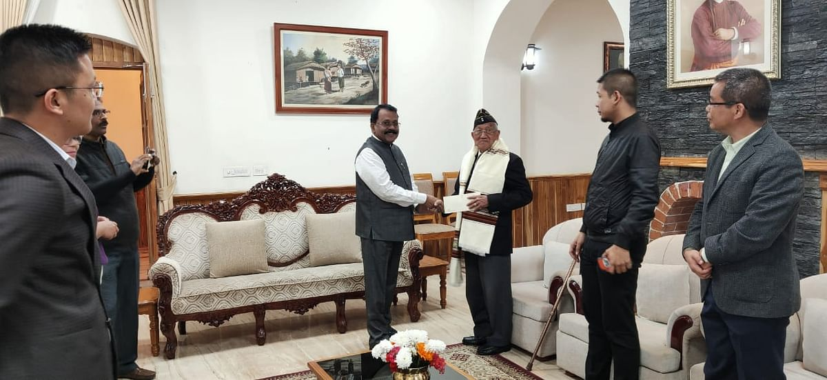 Serchhip DC Dr Lalzirmawia Chhangte (left) receiving the award from Union minister Smriti Irani in New Delhi on Monday