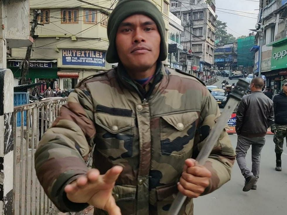Meghalaya cop tries to snatch phone of on-duty EastMojo journalist