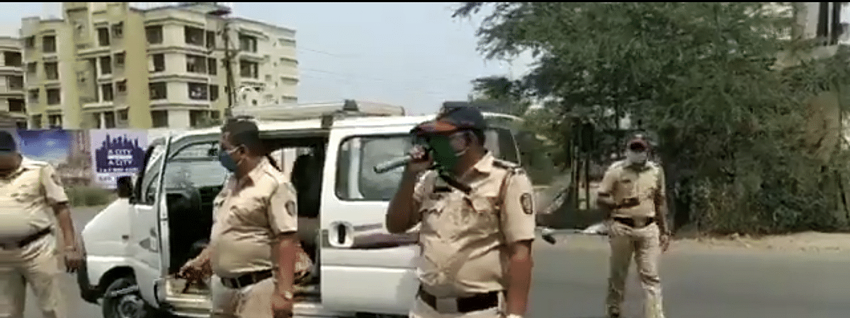 Maharashtra police singing to encourage people to stay indoors during the 21-day india lockdown