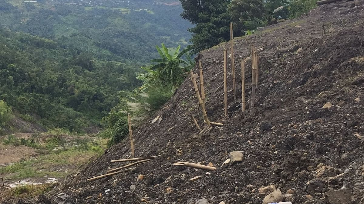 A 27-year-old woman, her son (7) and daughter (3) died on the spot when the house they were living in was buried by a mudslide