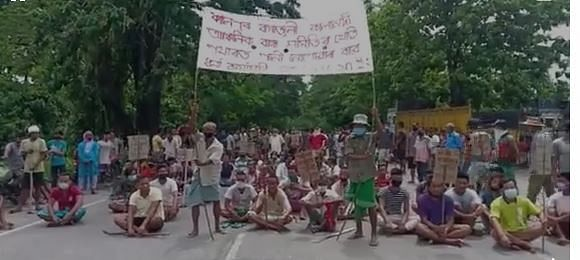Farmers staging demonstration demanding release of water in the irrigation channel