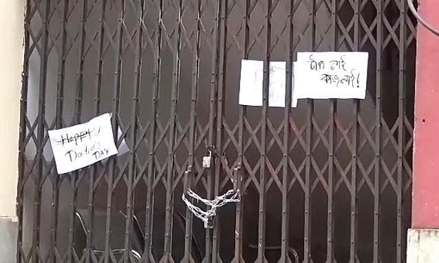 Angry medicos locked the entrance gate of the Medical Superintendent office demanding immediate payment of stipends