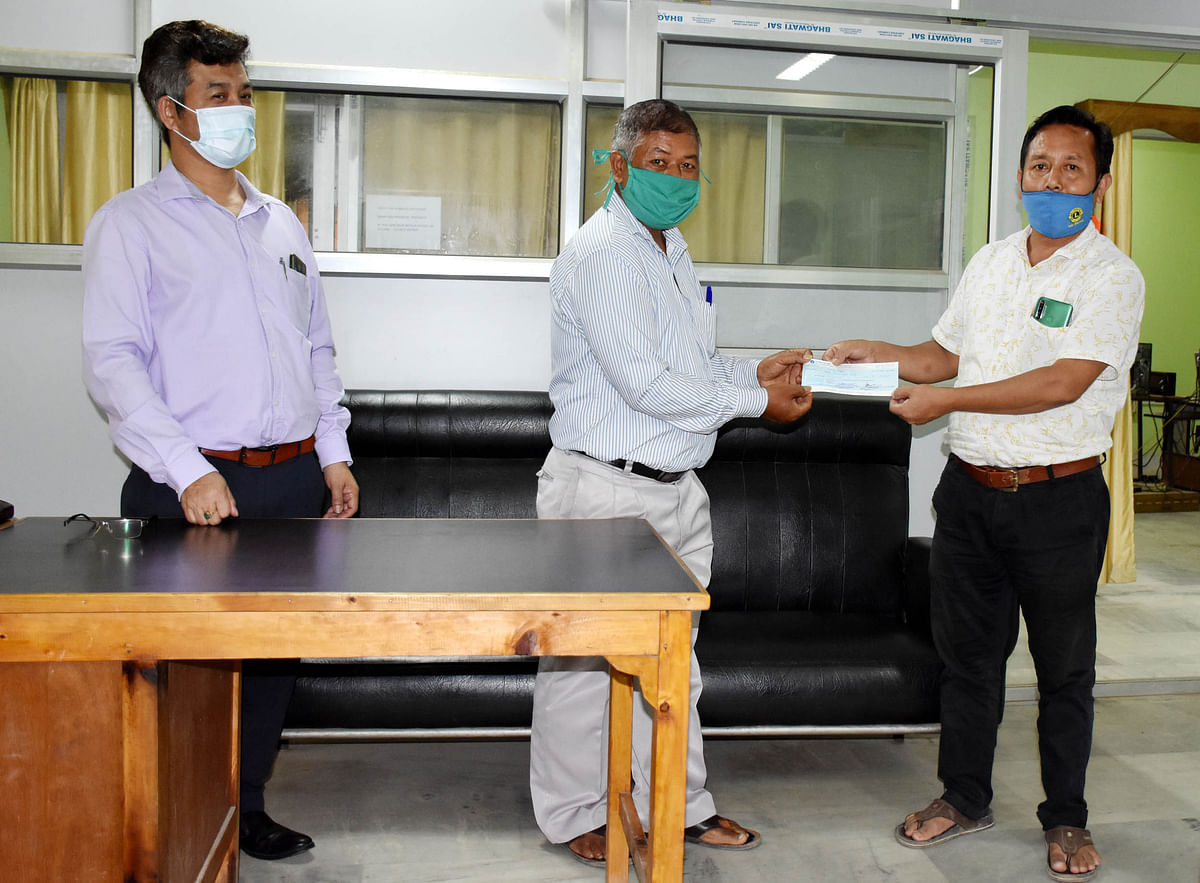 'Manipur Express' reporter L Hauchinlian (middle) receiving financial aid on Wednesday