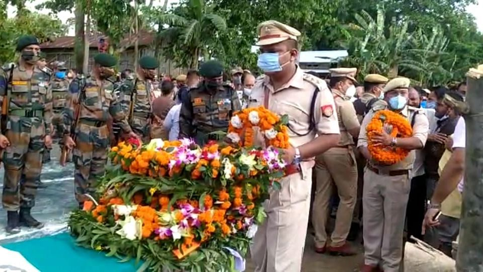 Representatives from the state government, paramilitary forces, district administration, civic societies, NGOs took part in the cremation