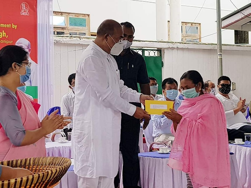 Manipur CM distributes loans to over 800 street vendors