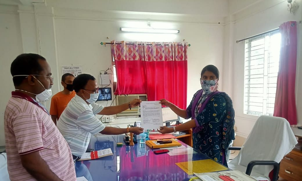 Members of Joint Movement Committee submitting a memorandum to the Kanchanpur Sub-division magistrate