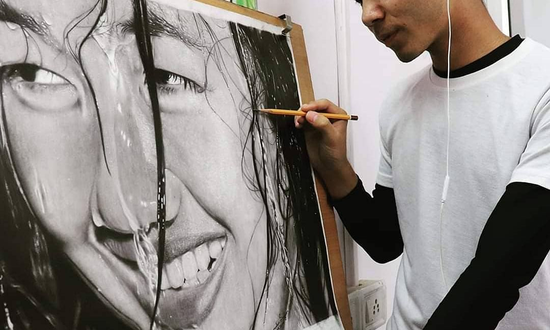 Artist Zamminlun Singson and his pencil painting 'Peaceful Smile'