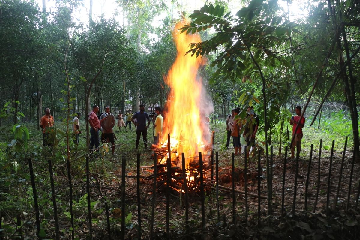 Funeral pyre lit in presence of the villagers