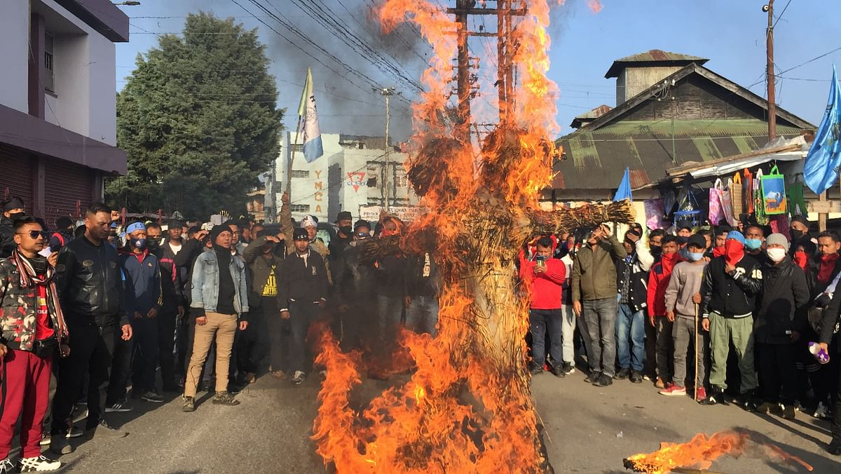 The effigies being burnt in the middle of the road