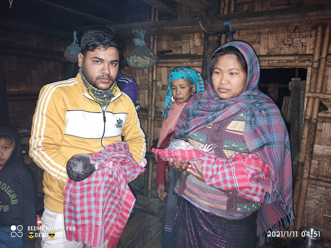 Debu Nath (L) and Kalbi Reang (R) with her twin boys after they were delivered inside the ambulance
