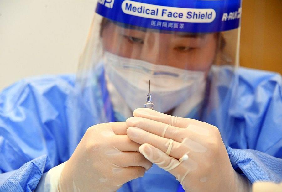 บุคลากรทางการแพทย์เตรียมฉีดวัคซีนให้แก่ผู้คนที่บริษัทแห่งหนึ่ง ในเขตไห่เตี้ยน กรุงปักกิ่งเมืองหลวงของจีน