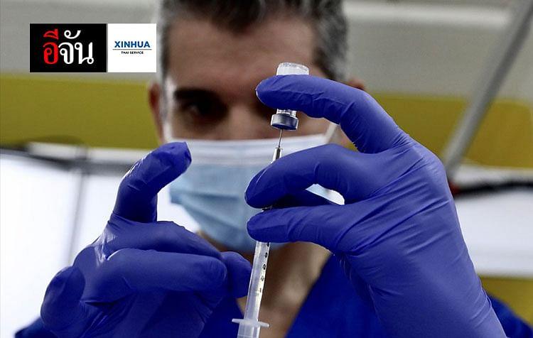 บุคลากรทางการแพทย์เตรียมวัคซีนป้องกันโรคโควิด-19 ที่จุดฉีดวัคซีนป้องกันโรคโควิด-19 ของมหาวิทยาลัยโพลีเทคนิคแห่งรัฐแคลิฟอร์เนีย ในเมืองโปโมนา เทศมณฑลลอสแอนเจลิส รัฐแคลิฟอร์เนียของสหรัฐฯ
