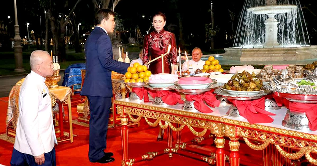 ในหลวง - พระราชินี ทรงประกอบพิธี สังเวยพระป้าย เนื่องในเทศกาลตรุษจีน