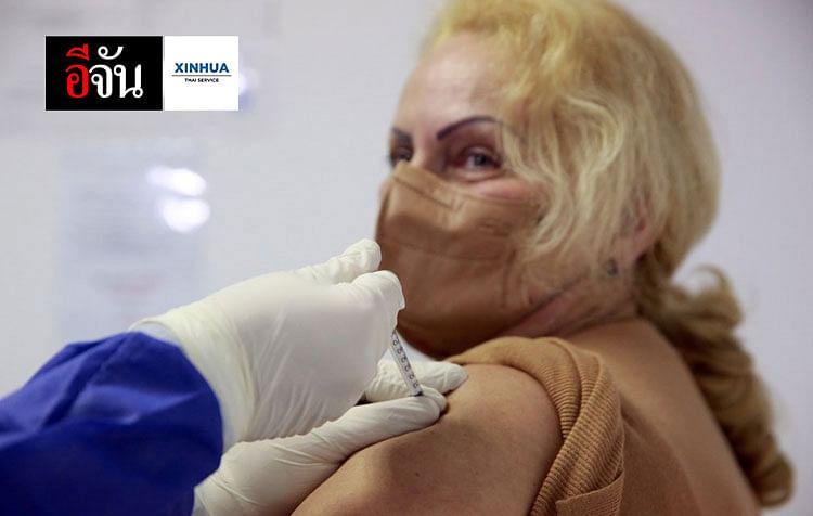 บุคลากรทางการแพทย์รับวัคซีนป้องกันโรคโควิด-19 ในกรุงบูคาเรสต์ เมืองหลวงของโรมาเนีย
