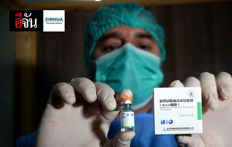 บุคลากรทางการแพทย์ถือวัคซีนป้องกันโรคโควิด-19 ของจีน ที่โรงพยาบาลแห่งหนึ่งในเมืองเปศวาร์ของปากีสถาน
