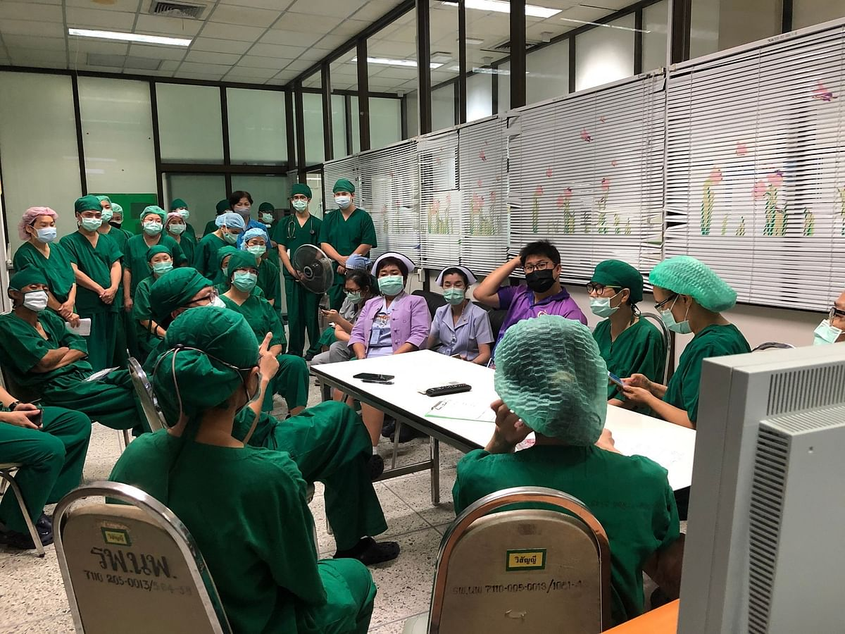 ทีมแพทย์ พยาบาล ประชุมทบทวนขั้นตอนต่างๆ ก่อนทำการผ่าตัด
