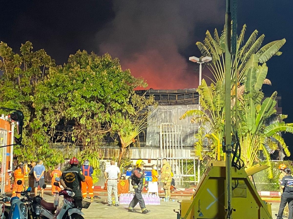 เปลวเพลิงบางส่วน ด้านหลังอาคาร