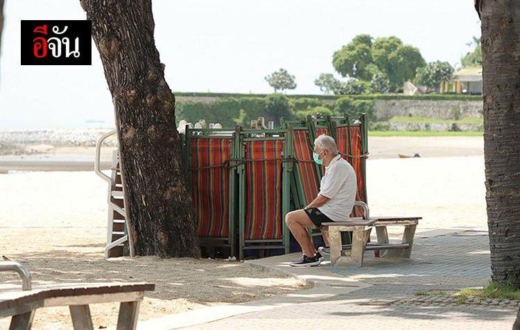 นักท่องเที่ยว นั่งมอง ทอดสายตา ด้วยความเหงา ออกไปนอกชายหาด