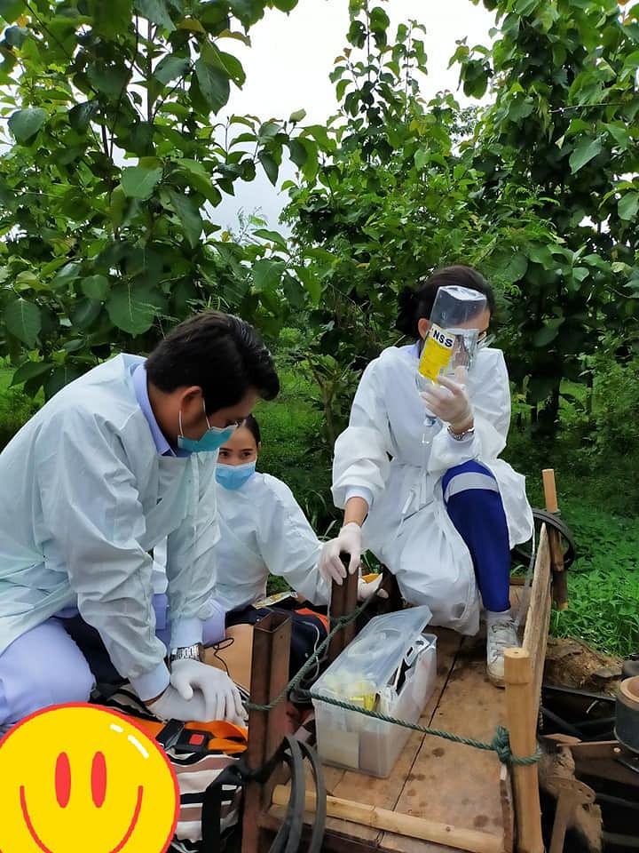 ทีมแพทย์กำลัง CPR ผู้ป่วยบนรถอีแต็ก