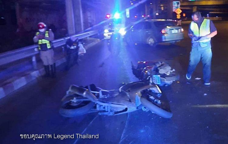 ที่เกิดอุบัติเหตุ พบรถจักรยานยนต์ 2 คันล้มอยุ่