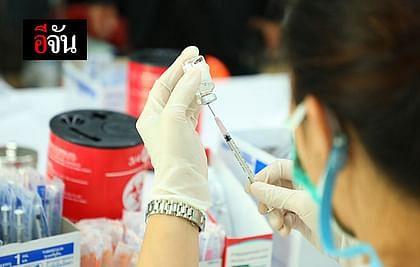 บุคลากรทางการแพทย์จัดเตรียมวัคซีนโควิด