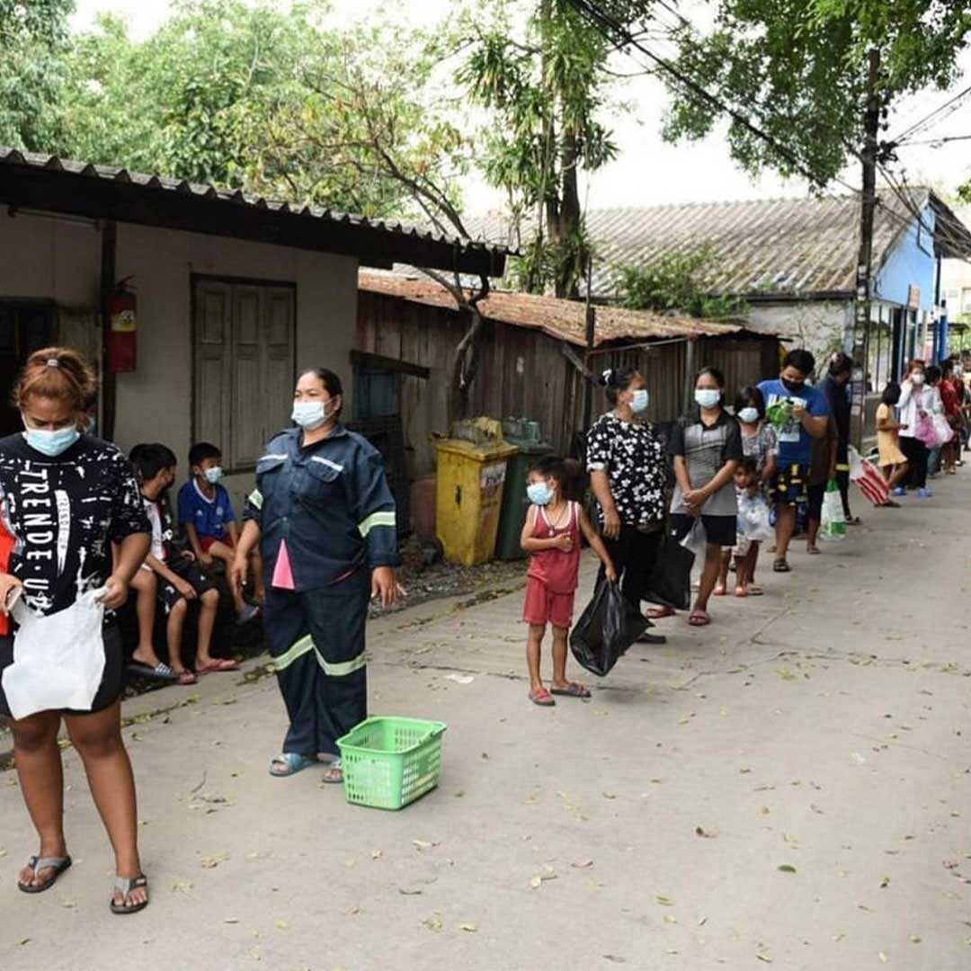 ประชาชนที่เดินทางมาต่อแถวรับของจากรถพุ่มพวง