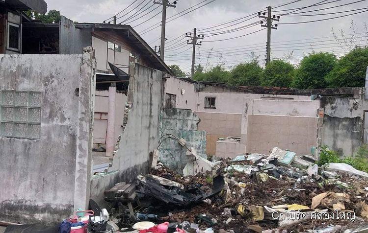 กำแพงที่ถูกรถกระบะชน